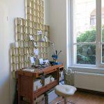 in ihrem Frankfurter Atelier fertigt die Designerin Judith Marlene Hartnack die Kollektion Dreilettercode auf Kundenwunsch in liebevoller Handarbeit. © Ivana Krzelj