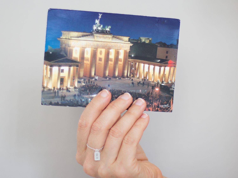 Auf alten Postkarten findet man die schönsten Geschichten. Wie auf dieser hier aus Berlin von 2003.