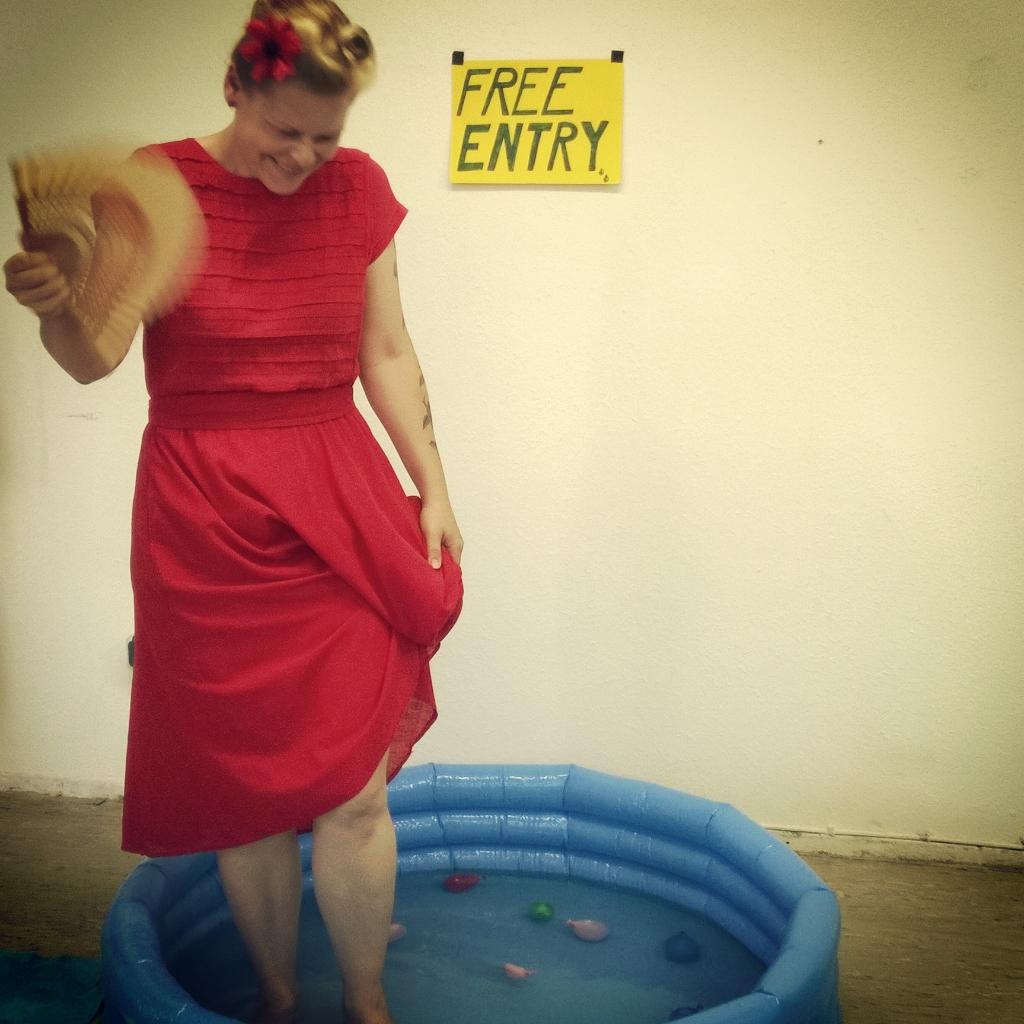 Mit Fächer und Swimming-Pool ließ es sich ertragen am wohl heißesten Designparcours...