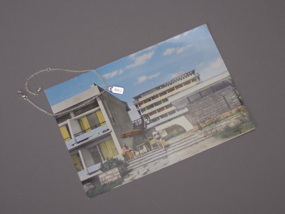 Eine neue Postkarte aus Nessebre in Bulgarien. Das passende Armband dazu hat den Anhänger BOJ für den Flughafen Burgas.